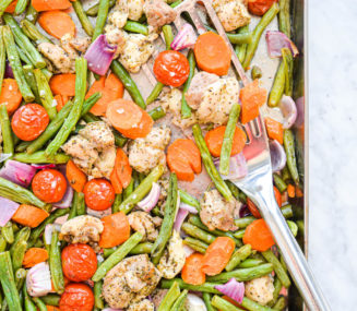 a sheet pan chicken thighs and veggies dinner -- green beans, carrots, onions, tomatoes, and chicken thighs